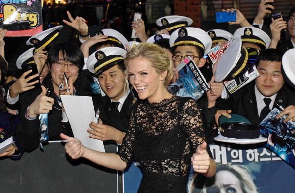 «Морской бой». Бруклин Декер с поклонниками в Сеуле, Южная Корея. Фото: Chung Sung-Jun/Getty Images