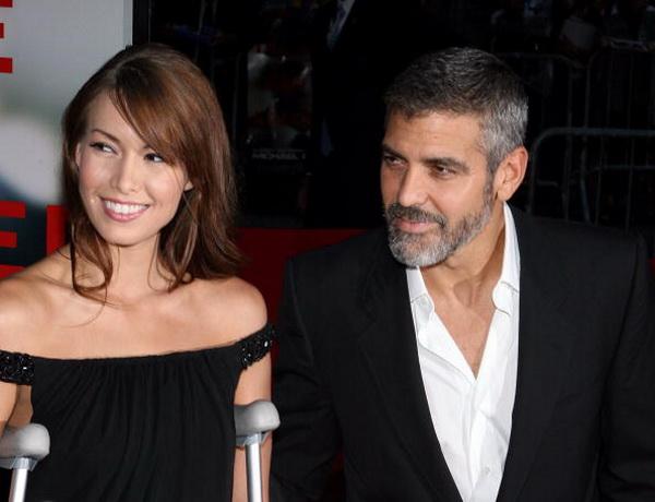 Джордж Клуни. Джордж Клуни со своей девушкой Сарой Ларсон на премьере фильма «Майкл Клейтон». 2007 год. Фото: Scott Wintrow/Getty Images