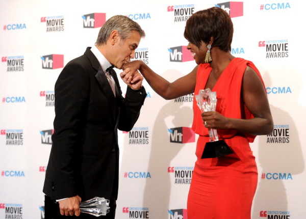 Джордж Клуни. Джордж Клуни и Виола Дэвис на 17-й церемонии вручения призов Гильдии кинокритиков США. 2012 год. Фото: Jason Merritt/Getty Images
