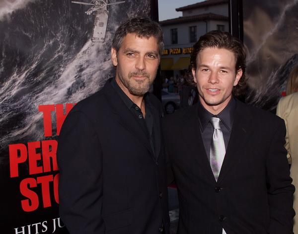 Джордж Клуни. Джордж Клуни и Марк Уолберг на премьере фильма «Идеальный шторм». 2000 год. Фото: Getty Images