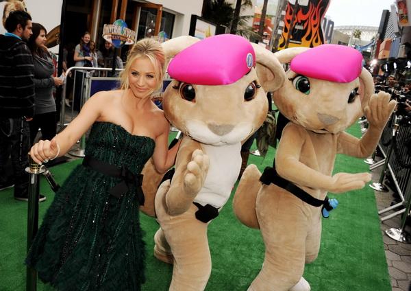 «Бунт ушастых». Актриса Кейли Куоко, исполнившая роль сестры Фреда, и Розовые береты на премьере фильма «Бунт ушастых» в Калифорнии. Фото: Kevin Winter/Getty Images