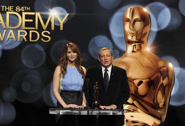 Дженнифер Лоуренс и Президент Академии киноискусства и кинотехники Том Ширак объявляют номинантов на «Оскар» 2011. Фото: ROBYN BECK/AFP/Getty Images