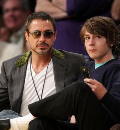 Роберт Дауни младший с сыном - Индио Дауни. 2008 год. Фото:  Noel Vasquez/Getty Images