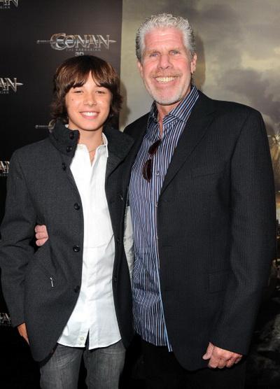 «Конан-варвар». Исполнитель роли Конана в детстве Лео Ховард и актер Рон Перлман, исполнивший роль его отца на премьере фильма «Конан-варвар» в Лос-Анджелесе, Калифорния. Фото: Alberto E. Rodriguez/Getty Images
