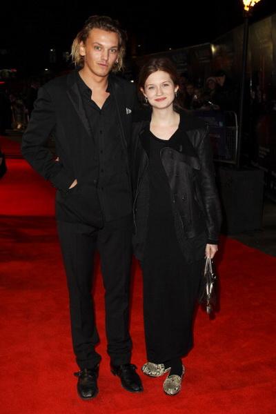 «Аноним». Актер Джейми Кэмпбелл Бауэр (граф Оксфордский в молодости) и актриса Бонни Райт на премьере фильма «Аноним» в Лондоне, Англия. Фото: Fergus McDonald/Getty Images