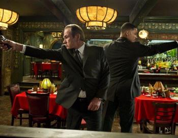 «Люди в чёрном 3». Томми Ли Джонс и Уилл Смит в фильме «Люди в чёрном 3». Фото с сайта kino-teatr.ru