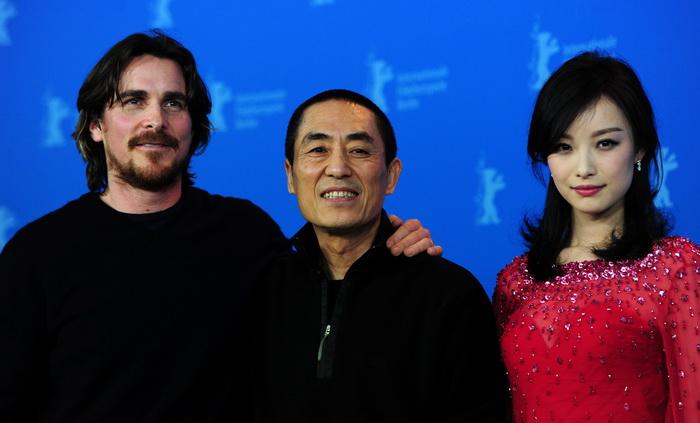 «Цветы войны». Кристиан Бейл, режиссёр Джан Имоу и китайская актриса Ни Ни представили фильм «Цветы войны» на кинофестивале в Берлине. Фото: JOHANNES EISELE/AFP/Getty Images