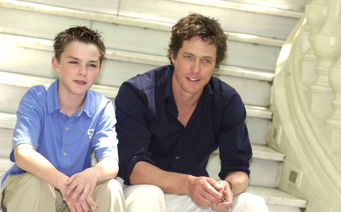Николас Холт. Николас Холт и Хью Грант на съёмках фильма «Мой мальчик». 2002 год. Фото: Carlos Alvarez/Getty Images