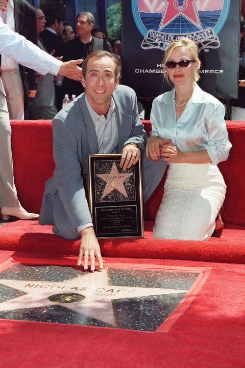 Николас Кейдж и Патриция Аркетт возле звезды Кейджа на Голливудской Аллее Звезд . 2012 год. Фото: MIKE NELSON/AFP/Getty Images