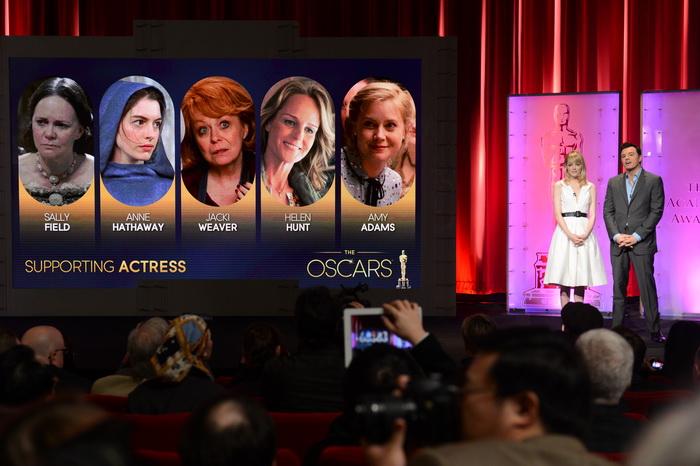 Объявлены номинанты на приз «Оскар». Эмма Стоун и Сет МакФарлейн объявляют номинантов в номинации  «Лучшая актриса в роли второго плана». Фото: ROBYN BECK/AFP/Getty Images