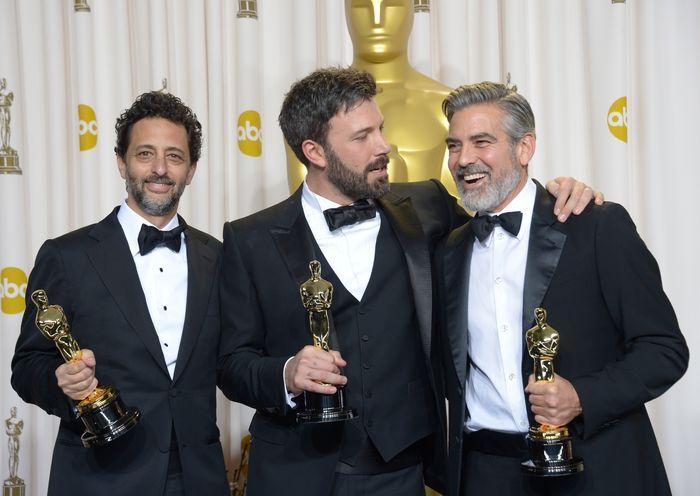 «Оскар» 2013: отголоски незабываемого торжества. Продюсеры лучшего фильма года «Операция «Арго»» Грант Хеслов, Бен Аффлек и Джордж Клуни на церемонии вручения призов «Оскар». Фото: JOE KLAMAR/AFP/Getty Images