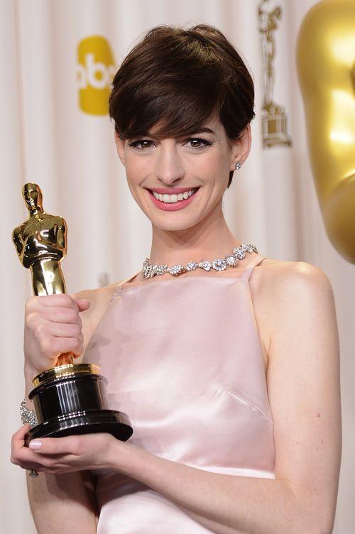«Оскар» 2013: отголоски незабываемого торжества. Энн Хэтэуэй на церемонии вручения призов «Оскар». Фото:Jason Merritt/Getty Images