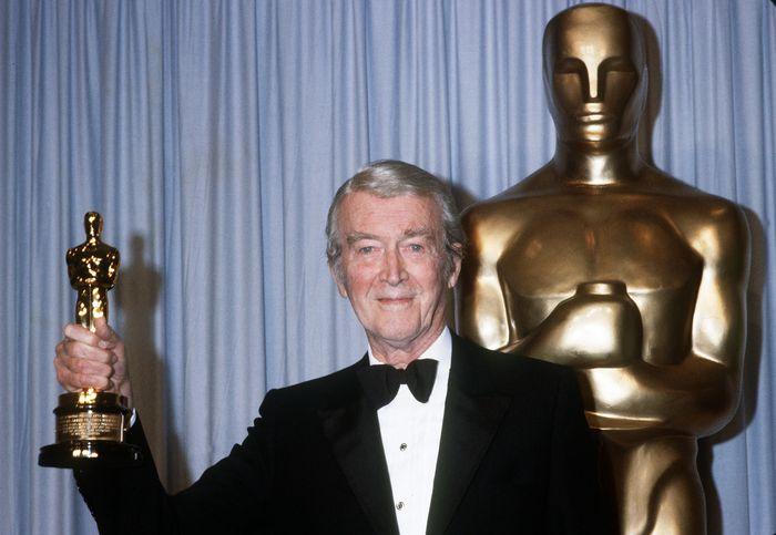 «Эта замечательная жизнь». Джеймс Стюарт получает свой творой «Оскар» в 1985 году. Фото: ROB BOREN/AFP/Getty Images