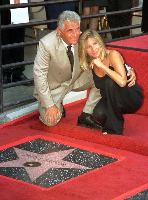 Барбра Стрейзанд c супругом Джеймсом Бролином на церемонии присуждении ему звезды на Голливудской Аллеи Славы. 1998 год. Фото: Vince Bucci/AFP/Getty Images