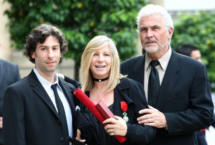 Барбра Стрейзанд с сыном Джейсоном и супругом Джеймсом Бролином в Париже. 2007 год. Фото: MEHDI FEDOUACH/AFP/Getty Images