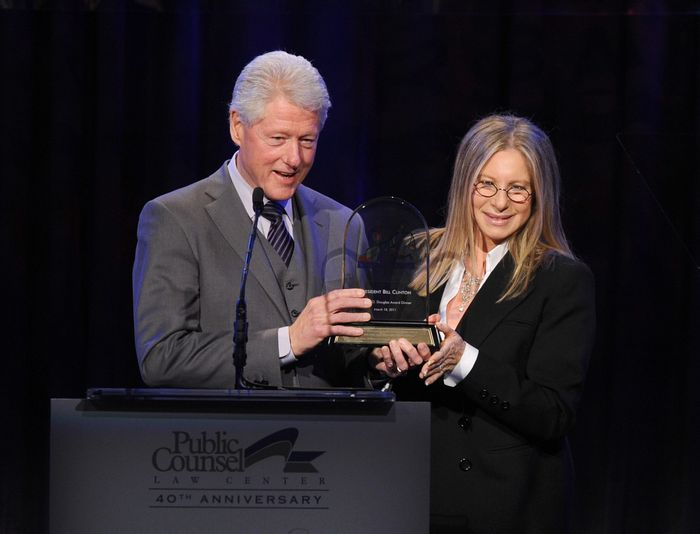 Президент США Билл Клинтон и Барбра Стрейзанд. 2011 год. Фото: Kevin Winter/Getty Images