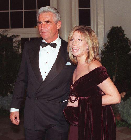 Барбра Стрейзанд c супругом Джеймсом Бролином. 1998 год. Фото: CHRIS KLEPONIS/AFP/Getty Images
