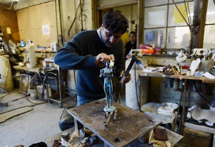 В литейной мастерской американского изобразительного искусства в городе Бербанк, штат Калифорния вручную вылиты из металла статуэтки – награды для вручения премии Гильдии киноактёров США 27 января 2013 г. Фото: Kevork Djansezian/Getty Images