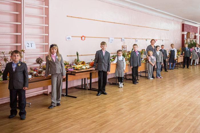 Заместитель директора по начальным классам школый № 55 Денисова И.Ю. вместе с участниками выставки