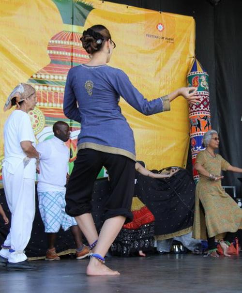 Участники фестиваля изучают некоторые классические шаги индийского танца. Фото: Pam McLennan/ Epoch Times