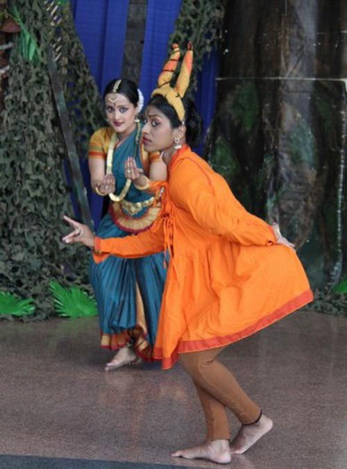 Kирутика Ратнасинган исполняет роль оленя, а Нина Джаяраян (Сита) пытается его поймать. Фото: Pam McLennan/ Epoch Times