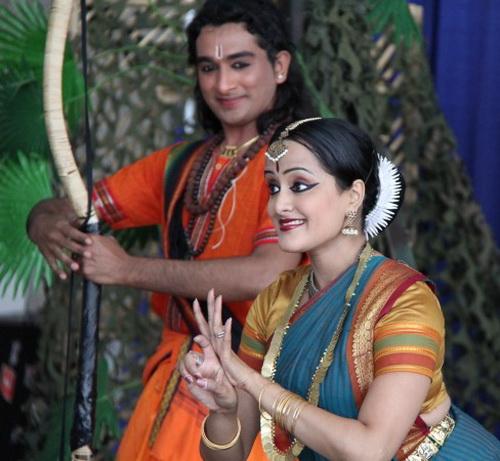 Нина Джаяраян в роли Ситы изображает одно из животных, рядом с ней Харри Кишен в роли принца Рамы. Фото: Pam McLennan/ Epoch Times