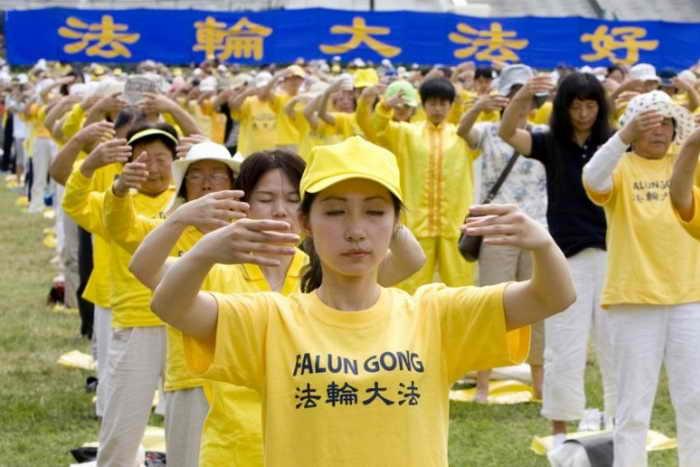 Сотни последователей Фалуньгун выполняют упражнения. Фото: Ma Youzhi/The Epoch Times