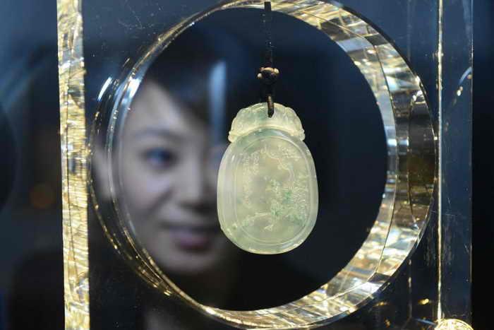 Девушка разглядывает украшение на международной выставке в Пекине, 16 декабря 2012 года. Нефрит подорожал из-за финансового кризиса. Фото: STR/AFP/Getty Images