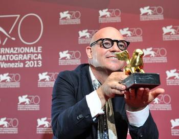 Итальянский режиссер Джанфранко Рози с наградой за «Лучший фильм» 7 сентября 2013 года во время 70-го Венецианского кинофестиваля на острове Лидо в Венеции. Фото: TIZIANA FABI/AFP/Getty Images
