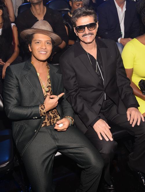 Бруно Марс и его отец Петр Эрнандес посетили церемонию вручения премии MTV (Video Music Awards) за лучшие музыкальные видео-клипы в Нью-Йорке (США) 25 августа 2013 года. Фото: Larry Busacca/Getty Images for MTV
