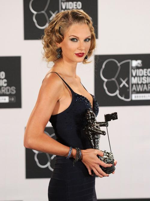 Обладательница награды за «Лучшее женское видео» Тейлор Свифт посетила церемонию вручения премии MTV (Video Music Awards) за лучшие музыкальные видео-клипы в Нью-Йорке (США) 25 августа 2013 года. Фото: Jamie McCarthy/Getty Images for MTV