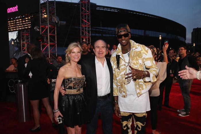 Дебора и Филипп Дауман, президент корпорации Viacom, с певцом 2 Chainz посетили церемонию вручения премии MTV (Video Music Awards) за лучшие музыкальные видео-клипы в Нью-Йорке (США) 25 августа 2013 года. Фото: Neilson Barnard/Getty Images for MTV