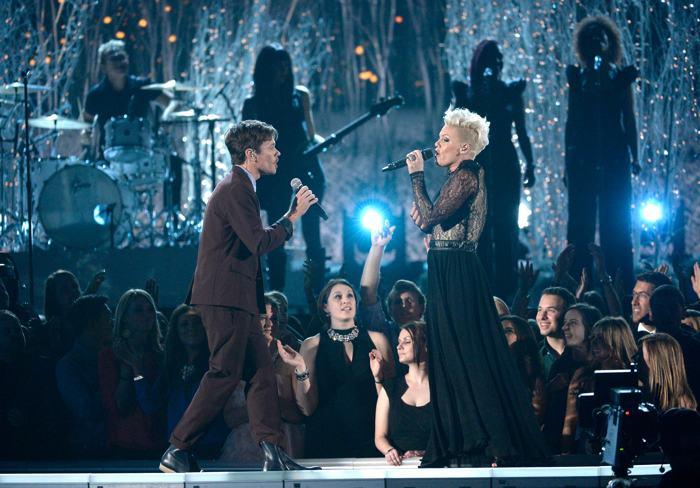 Pink в дуэте с Нэйтом Рюэссом на церемонии  «Грэмми» 26 января 2014 года в США. Фото: Kevork Djansezian/Getty Images
