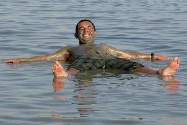 Купание в Мертвом море. Фото: Bernd Крегел