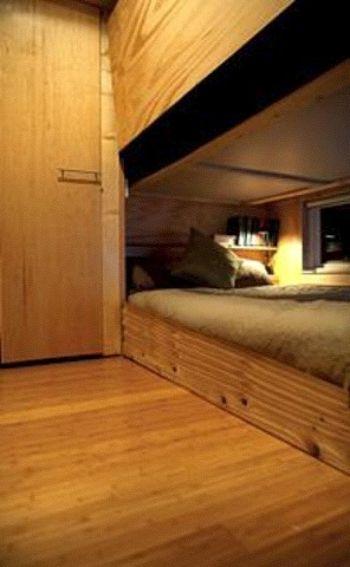 Компактная спальня позволяет сэкономить пространство. (Фото любезно предоставлено Джеймсом Стюартом)