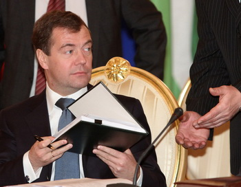 Медведев подписал указ, где утверждается перечень приграничных территорий, на которых иностранные граждане, лица без гражданства и иностранные юридические лица не могут обладать правом собственности земельными участками. Фото: ALEXANDER NATRUSKIN/AFP/Getty Images
