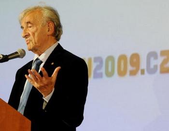 Переживший Холокост Эли Визель выступает с речью на открытии 5-дневной конференции, посвященной эпохе Холокоста 26 июня 2009 в Праге. Жертвы Холокоста, еврейские организации и эксперты собрались в Праге, чтобы объединить усилия по возвращению собственности и имущества, похищенного нацистами. Фото: MICHAL CIZEK/AFP/Getty Images