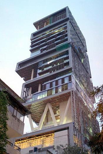 Самый богатый индиец Мукеш Амбани 27 ноября 2010 года провел церемонию открытия своего 174-метрового особняка в Мумбаи (Индия). Фото: en.wikipedia.org