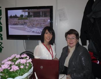 Директор по продажам недвижимости в Болгарии Биссерка Спасова (слева) с потенциальными покупателями. Фото: Любезно предоставлено «ООО