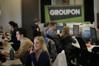 Служащие работают над проектами в международной штаб-квартире «Групона»   в Чикаго.  Сайты групповых покупок, такие как Groupon, позволяют потребителям усиливать свою коллективную покупательную способность, чтобы получить большие скидки, чего один или несколько человек никогда не могли бы достичь. Фото: Scott Olson/Getty Images