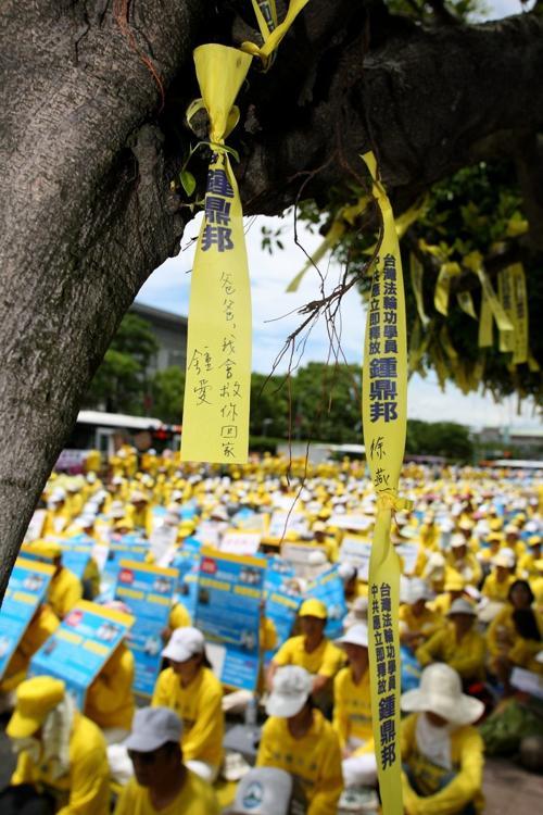 Тысячи жёлтых шёлковых лент развеваются 23 июля на бульваре Кетэгалан. Чун Ай, дочь Чун Тин-пана, написала на одной из лент: «Папа, я верну тебя обратно домой». Фото: Линь Шицзе/Великая Эпоха (The Epoch Times)