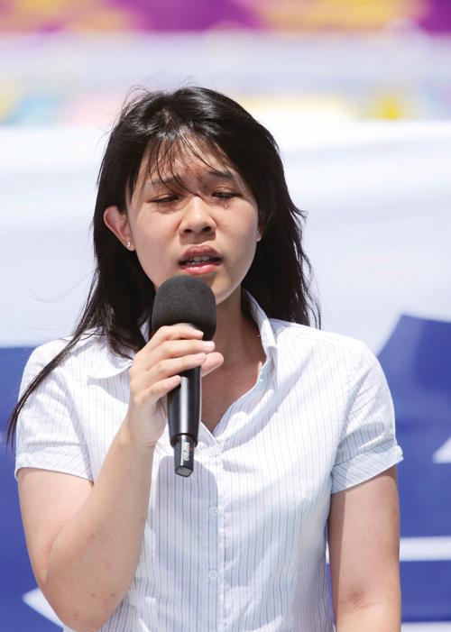Чун Ай, дочь Чун Тин-пана, произносит речь на митинге 23 июля. Фото: Великая Эпоха (The Epoch Times)