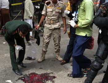 Полиция на месте взрыва в Йемене..  Фото: MOHAMMED HUWAIS/AFP/GettyImages