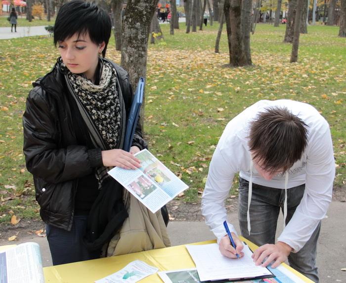 Сбор подписей под петицией в Краснодаре. Фото: Великая Эпоха (The Epoch Times)