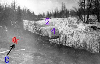 Настил (2) и место где нашли погибших четырёх туристов из группы Дятлова. Фото: nashural.ru