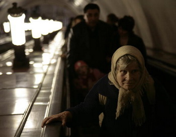 Старушка в метро. Фото: MICHAEL ECKELS/AFP/Getty Images