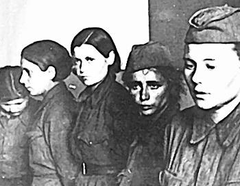 Женщины-военнослужащие в немецком плену. Фото из книги