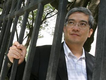 Портрет экономиста Ларри Лана, сфотографированного около его дома в Шанхае, Китай, в сентябре 2006г. Фото: Mark Ralston/Getty Images