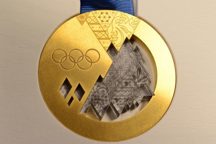 Лицевая сторона медали для зимних Олимпийских игр Сочи 2014. Фото: KIRILL KUDRYAVTSEV/AFP/Getty Images