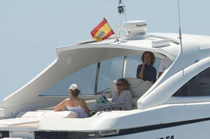 Королева София с дочерью, принцессой Еленой, и сестрой, греческой принцессой Ирэн, на катере в городе Пальма-де-Майорка 31 июля 2013 года. Фото: Carlos Alvarez/Getty Images